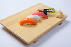 Sushi con il salmone su un vassoio di legno Immagini Stock Libere da Diritti