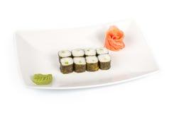 Sushi con la concha de peregrino de mar en una placa imagen de archivo