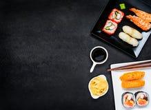 Sushi con la salsa di soia e del sashimi su area di spazio della copia Immagini Stock