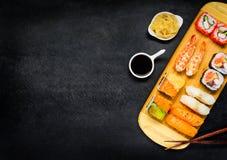 Sushi con la salsa di soia e dello zenzero sullo spazio della copia Immagini Stock