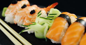 Sushi con le bacchette video d archivio