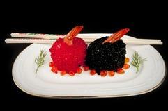 Sushi con los huevos de las gambas, rojos y negros de peces. Foto de archivo libre de regalías