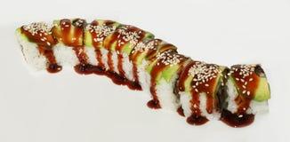 Sushi con los pescados, el aguacate, el sésamo y la salsa Fotos de archivo