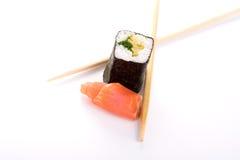 Sushi con los pescados y los palillos en blanco Imágenes de archivo libres de regalías
