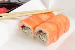 Sushi con los salmones en la caja para el primer de la comida para llevar Imagen de archivo libre de regalías