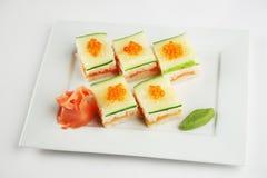Sushi con los salmones y el pepino Imágenes de archivo libres de regalías