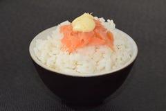 Sushi con los salmones y la salsa Imagen de archivo libre de regalías