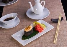 Sushi cozido com salmões Fotografia de Stock