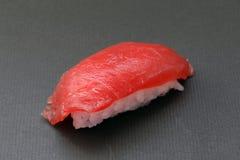 Sushi crudo japonés del atún en fondo negro fotos de archivo libres de regalías