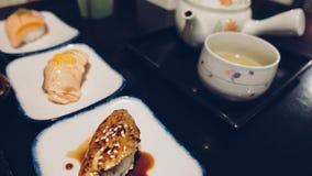 Sushi délicieux exclusifs avec le dessus saumoné de gril sur le coup sec et dur japonais de riz par l'algue Tradition japonaise d photos libres de droits