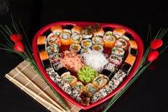 Sushi délicieux. Grands sushi réglés pour peu de personnes. Image stock