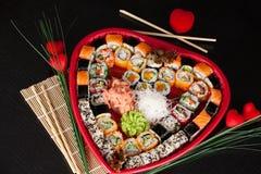 Sushi délicieux. Grands sushi réglés pour peu de personnes. Photo libre de droits