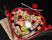 Sushi délicieux. Grands sushi réglés pour peu de personnes. Images libres de droits