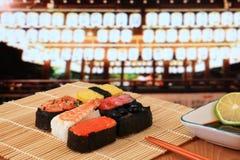 Sushi délicieux sous le temple du Japon Photo stock