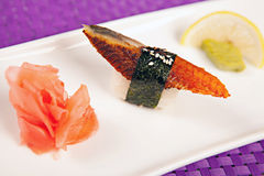 Sushi d'anguille, wasabi gingembre et citron photo stock