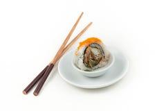 Sushi d'une plaque avec des baguettes Photos libres de droits