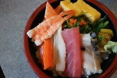 Sushi dans un aliment japonais de cuvette et délicieux Photographie stock libre de droits