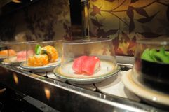 Sushi de bande de conveyeur Photo libre de droits