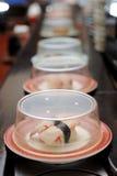 Sushi de bande de conveyeur Photos stock