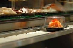 Sushi de bande de conveyeur Image stock