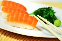 Sushi de color salmón Fotos de archivo libres de regalías