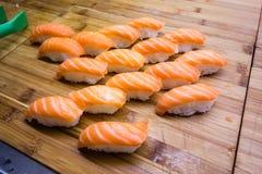 Sushi de color salmón fotografía de archivo
