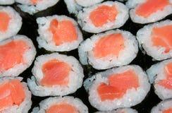 Sushi de color salmón fotos de archivo