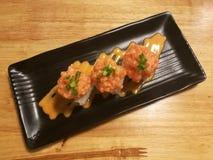 Sushi de color salmón de la fusión, materia con el pepino, palillo y mango, comida del cangrejo del estilista Imagen de archivo