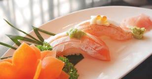 Sushi de color salmón en mirada silenciada Foto de archivo libre de regalías