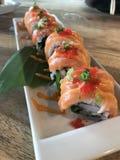 sushi de color salmón picante Imagenes de archivo