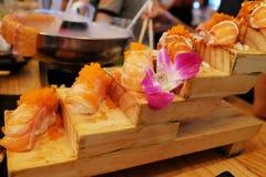 Sushi de color salmón Rolls Imagenes de archivo