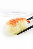 Sushi de crevette avec des baguettes d'isolement Photos libres de droits