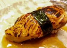 Sushi de gras de Foie enveloppés en algues et sauce spéciale image libre de droits