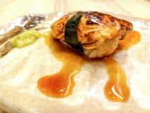 Sushi de gras de Foie enveloppés en algues et sauce spéciale photographie stock libre de droits