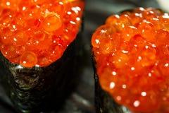 Sushi de Guncan con las huevas de color salmón Foto de archivo