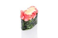 Sushi de Gunkan avec le thon et la sauce épicée Image stock