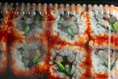 Sushi de Japão na opinião superior de empacotamento da caixa, gotas da água na tampa plástica lateral interna imagem de stock royalty free