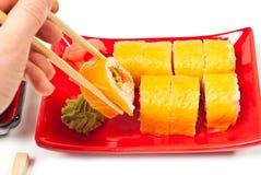 Sushi de la explotación agrícola de la mano de los hombres Imagenes de archivo