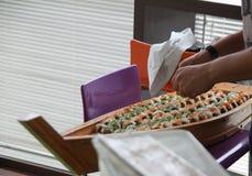Sushi de la porción en la placa de madera Imágenes de archivo libres de regalías