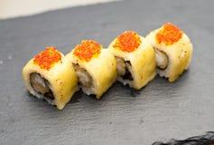 Sushi de Maki avec des oeufs de poisson Image stock