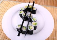 Sushi de Maki comme symbole dollar du plat blanc Images libres de droits