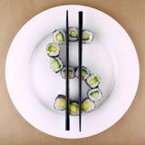 Sushi comme symbole dollar du plat blanc, plan rapproché Photo stock