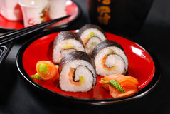 Sushi de Maki en la placa roja y el motivo Foto de archivo