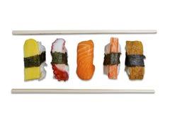 Sushi de Nigiri avec des baguettes sur le fond blanc Images stock