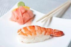 Sushi de Nigiri avec des crevettes roses de tigre Image libre de droits