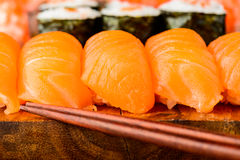 Sushi de Nigiri avec des saumons Photo stock