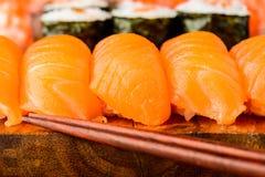 Sushi de Nigiri con los salmones Foto de archivo