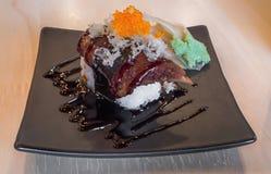 Sushi de nigiri de gras de Foie avec les oeufs saumonés sur le dessus - style japonais de nourriture Photo libre de droits