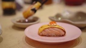 Sushi de Nigiri em uma placa no restaurante vídeos de arquivo