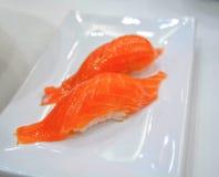 Sushi de Nigiri en la placa blanca Imagenes de archivo